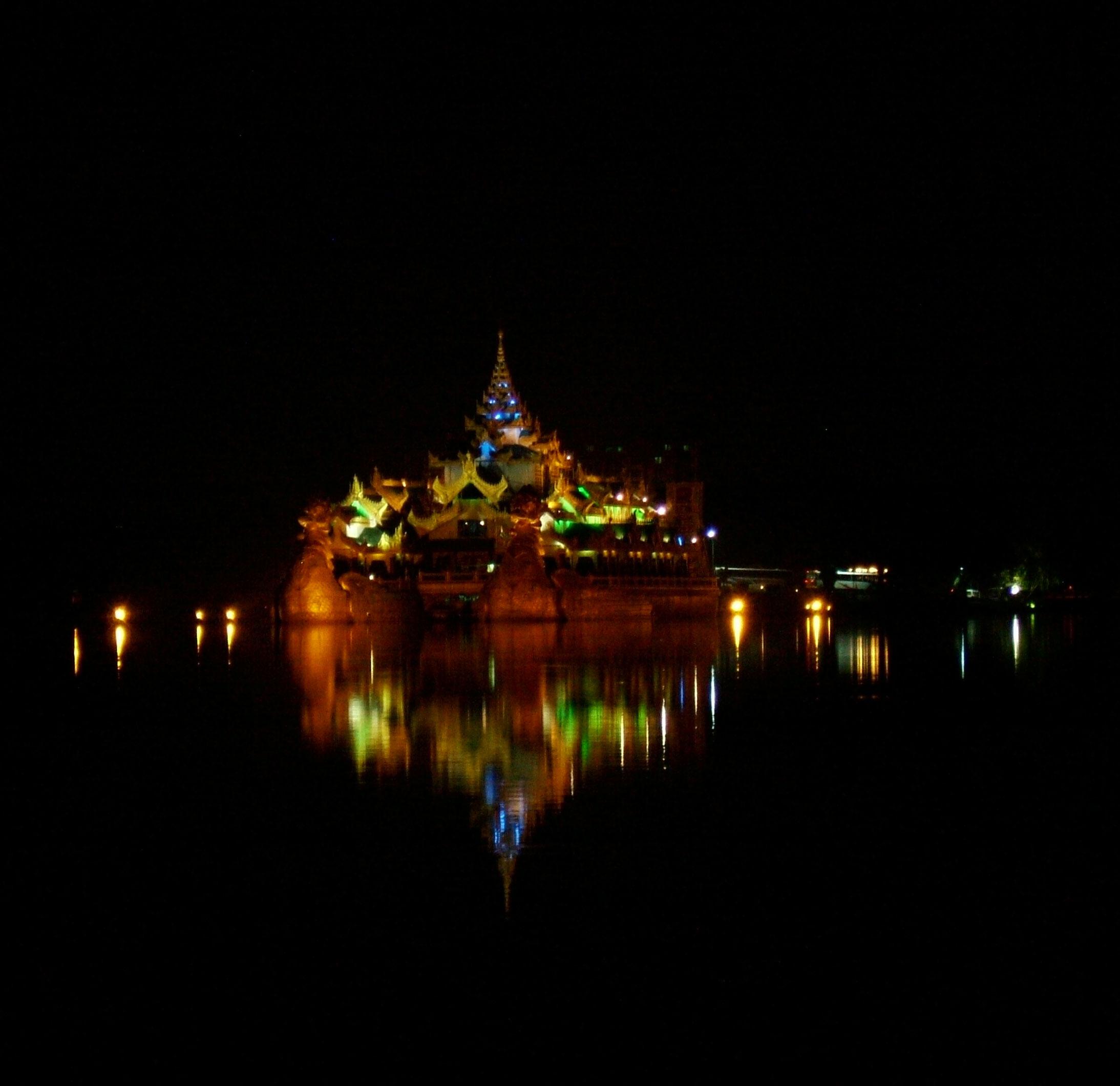Myanmar Yangon Kandawgyi Palace Hotel royal barge Nov 2004 14