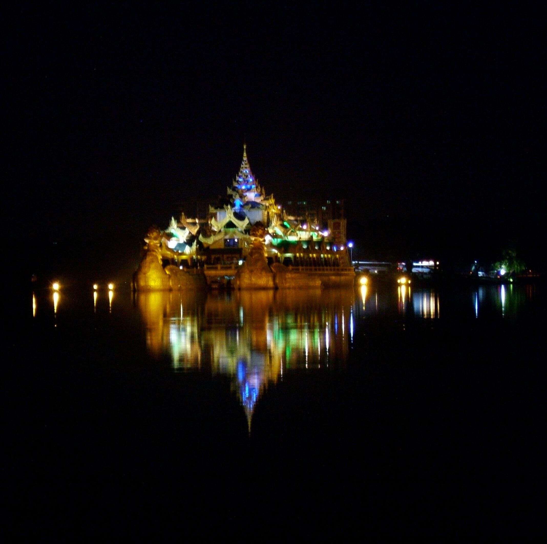 Myanmar Yangon Kandawgyi Palace Hotel royal barge Nov 2004 15