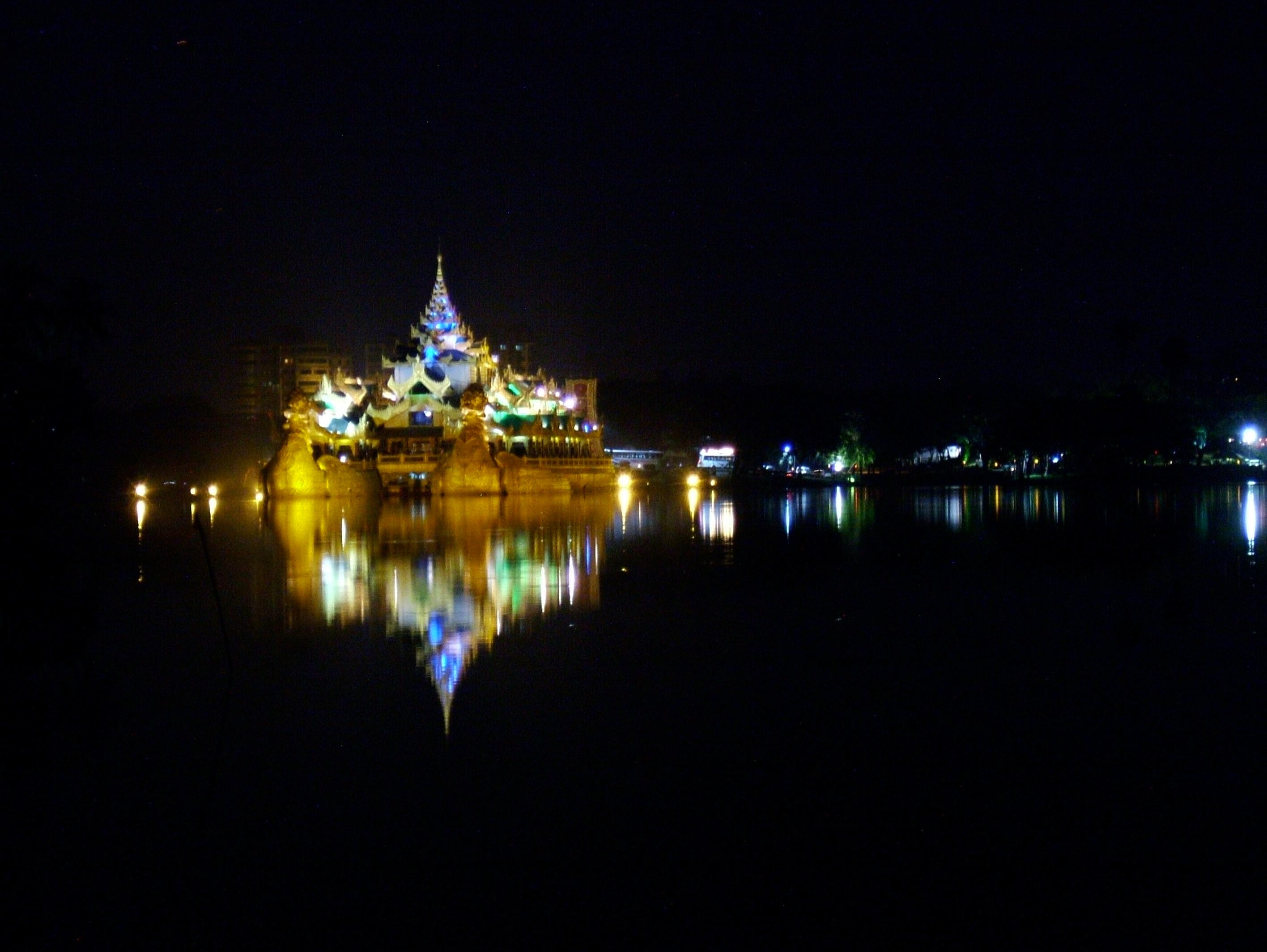 Myanmar Yangon Kandawgyi Palace Hotel royal barge Nov 2004 16