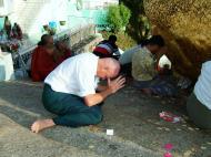 Asisbiz Kyaiktiyo Pagoda paying homage to the Buddha 01
