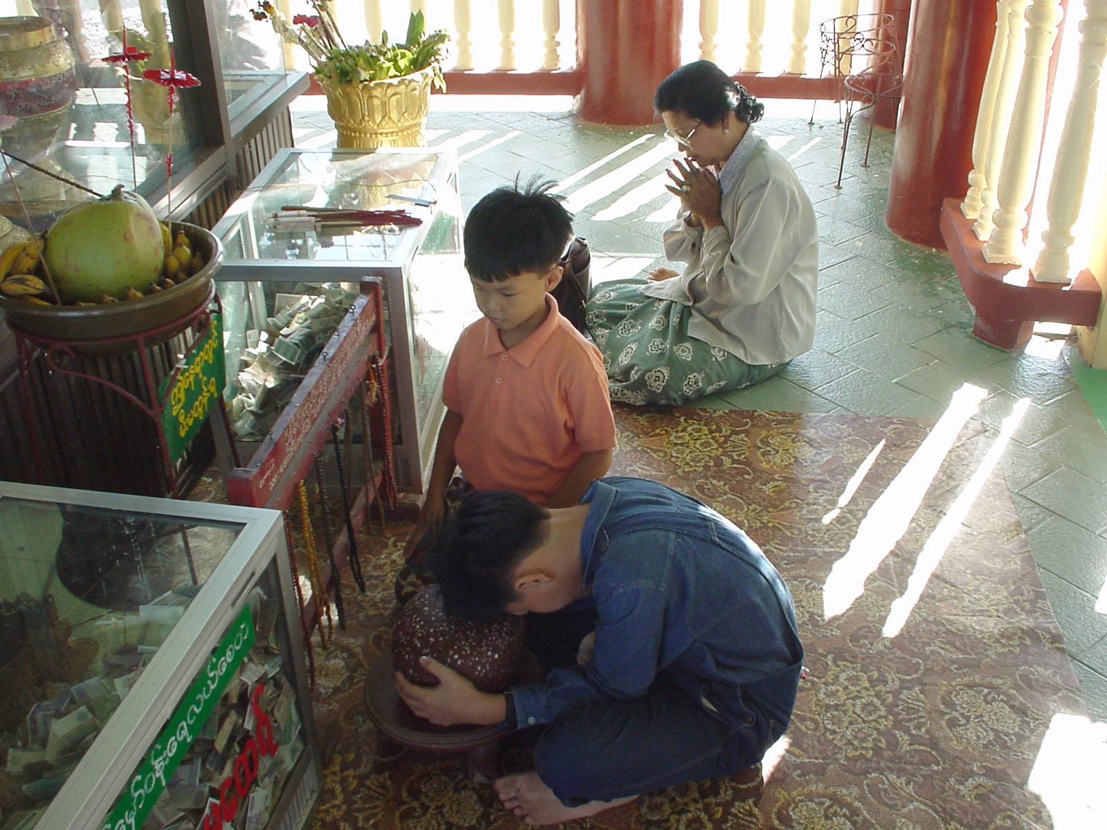 Thanlyin Kyauktan Ye Le Pagoda Dec 2000 02