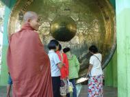 Asisbiz Mandalay Maha Myat Muni pagoda Decor Dec 2000 03