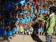 Asisbiz Mandalay Maha Myat Muni pagoda arts and crafts Dec 2000 06