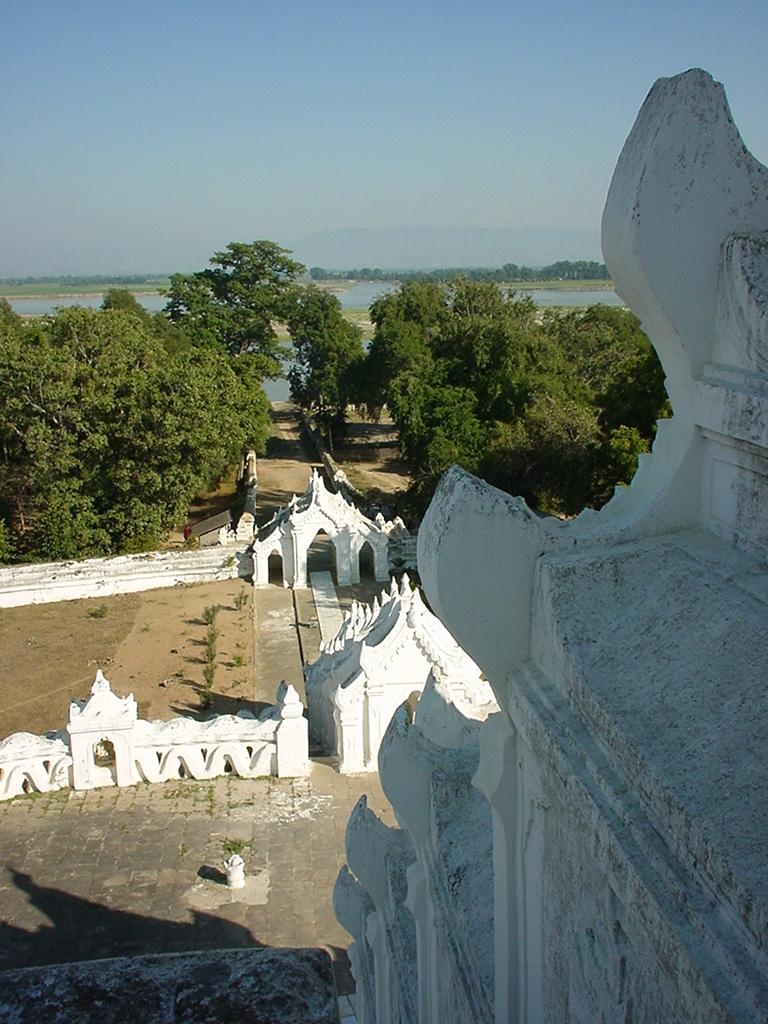 Mingun Myatheindan pagoda Dec 2000 03