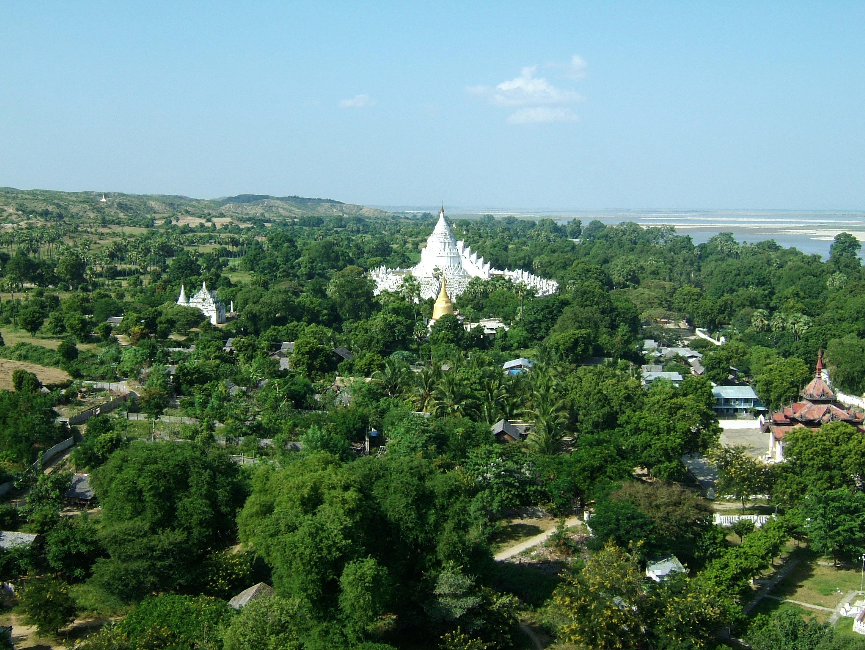 Mingun Myatheindan pagoda Dec 2000 04