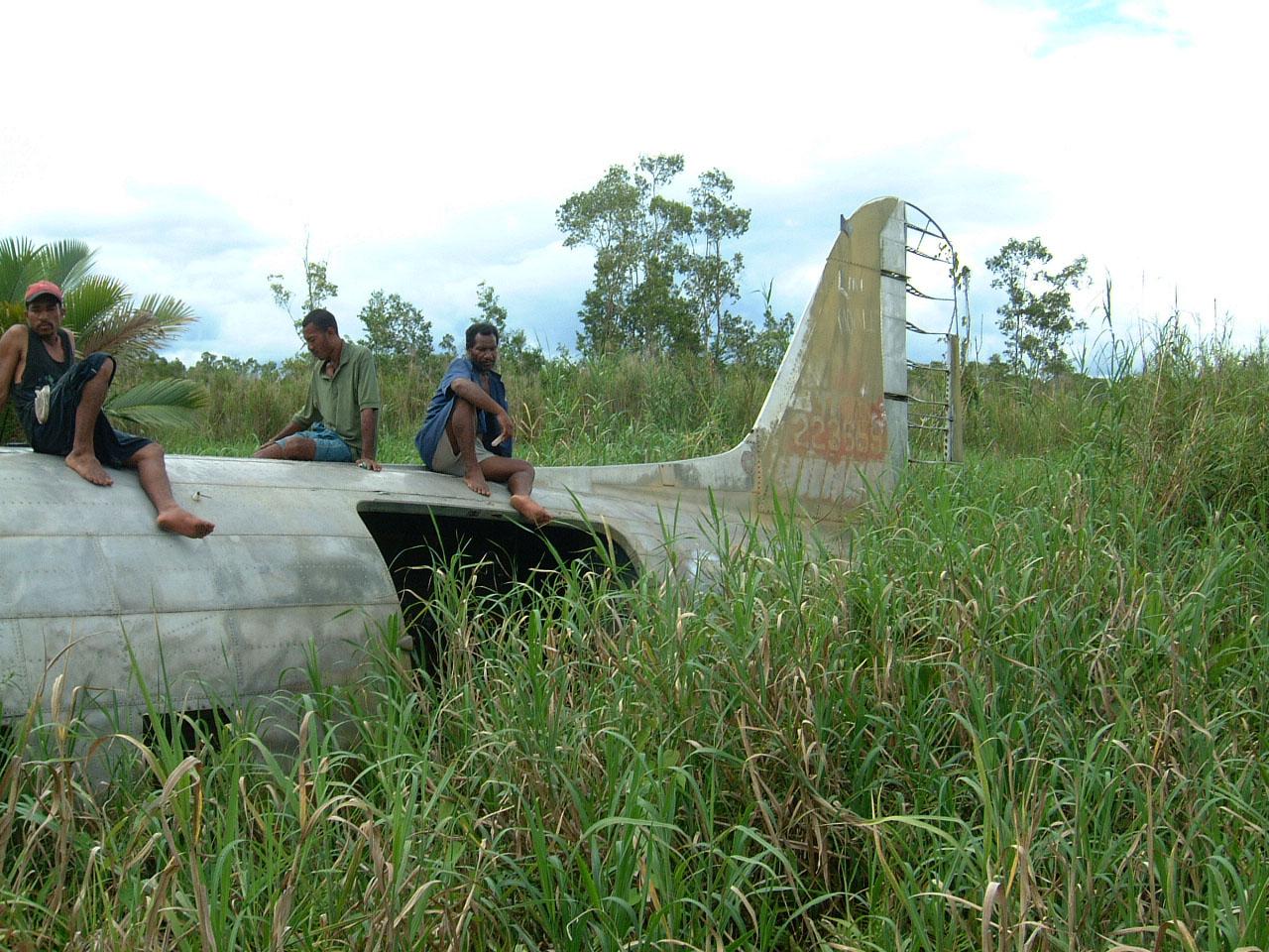 C 47 Dakota USAAF 5AF 42 23659 crash site PNG Oct 2002 16