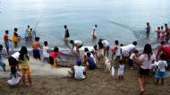 Asisbiz Locals working together to bring in the catch of the day Varadero Bay Tabinay Philippines 11