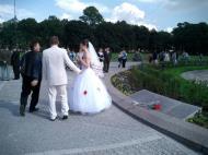 Asisbiz Russia Saint Petersburg Street Scenes Wedding 2005 04