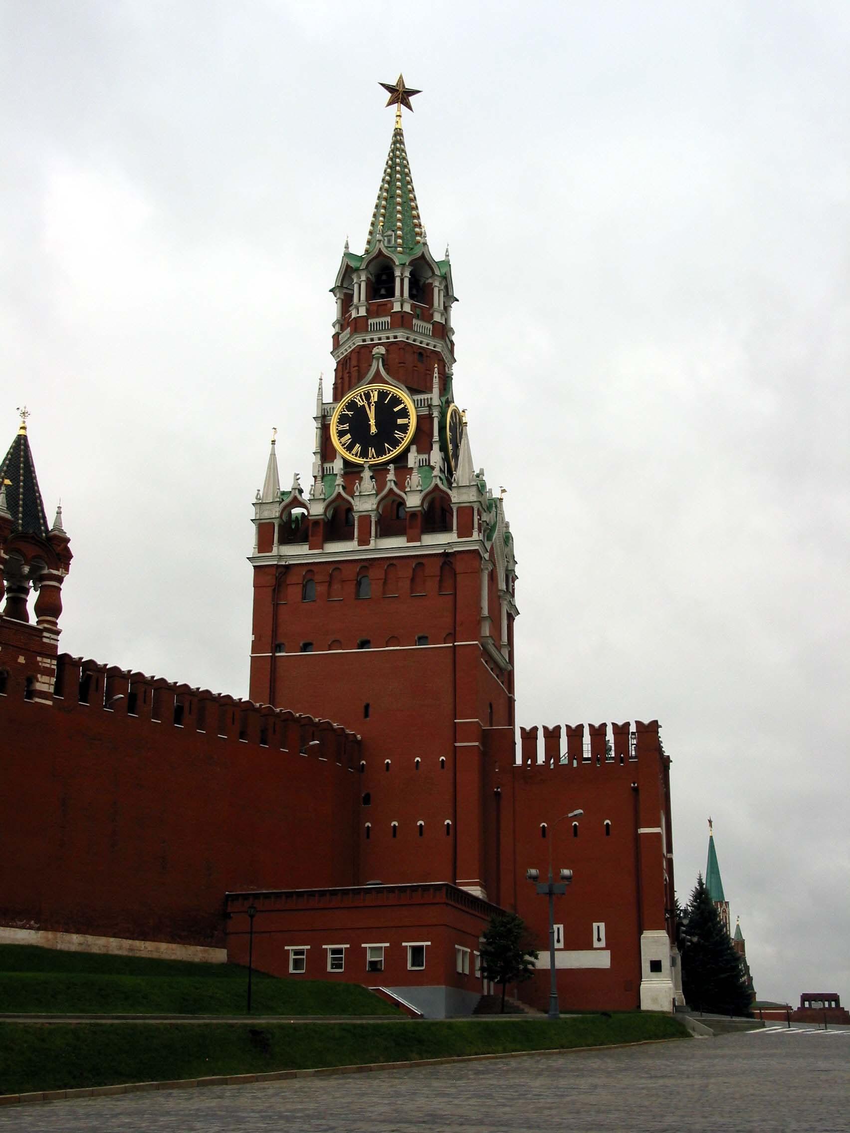 Moscow Kremlin Spasskaya tower ruby star 2005 01