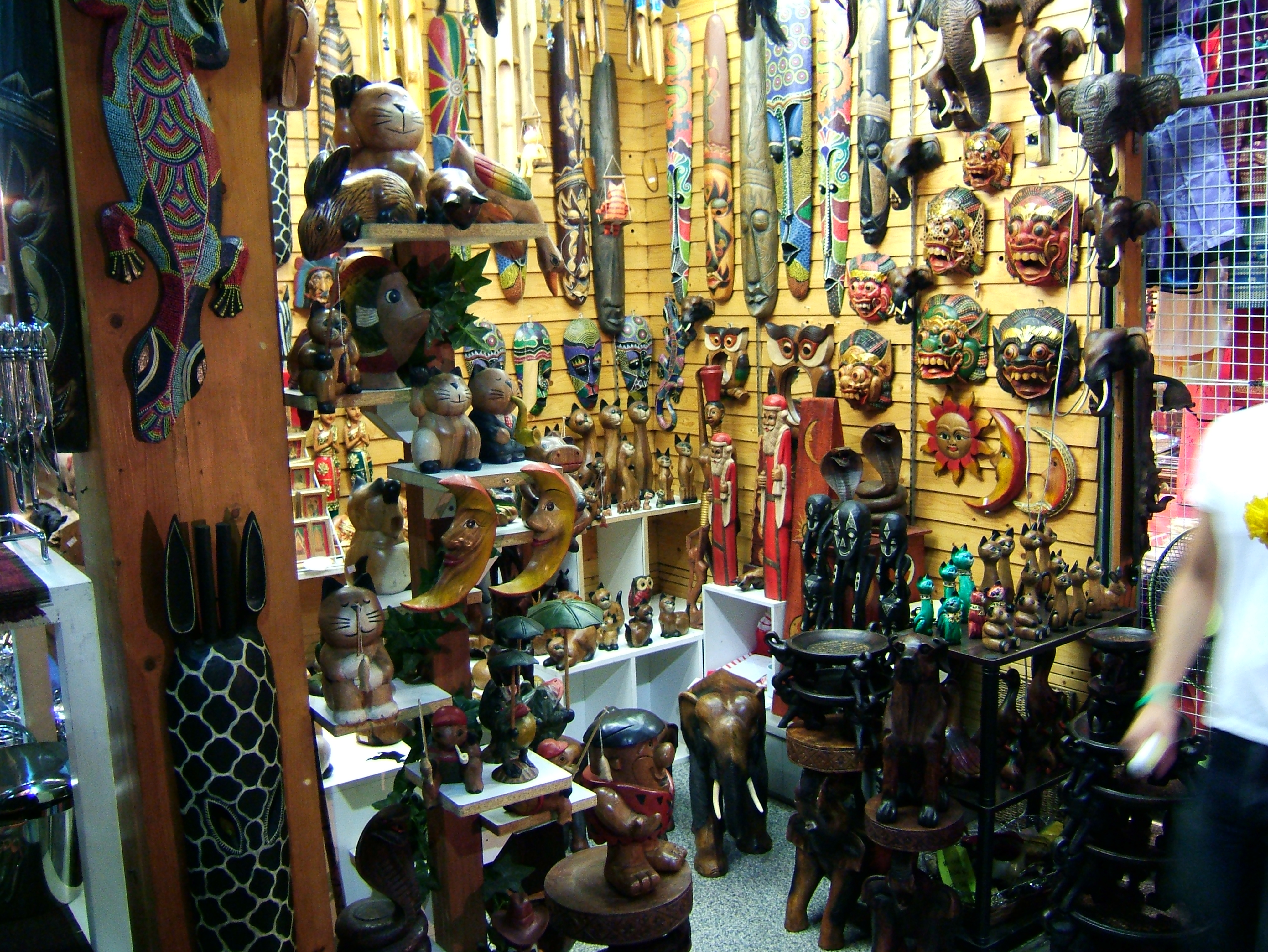 Thailands retail businesses arts and crafts trade Oct 2005 02