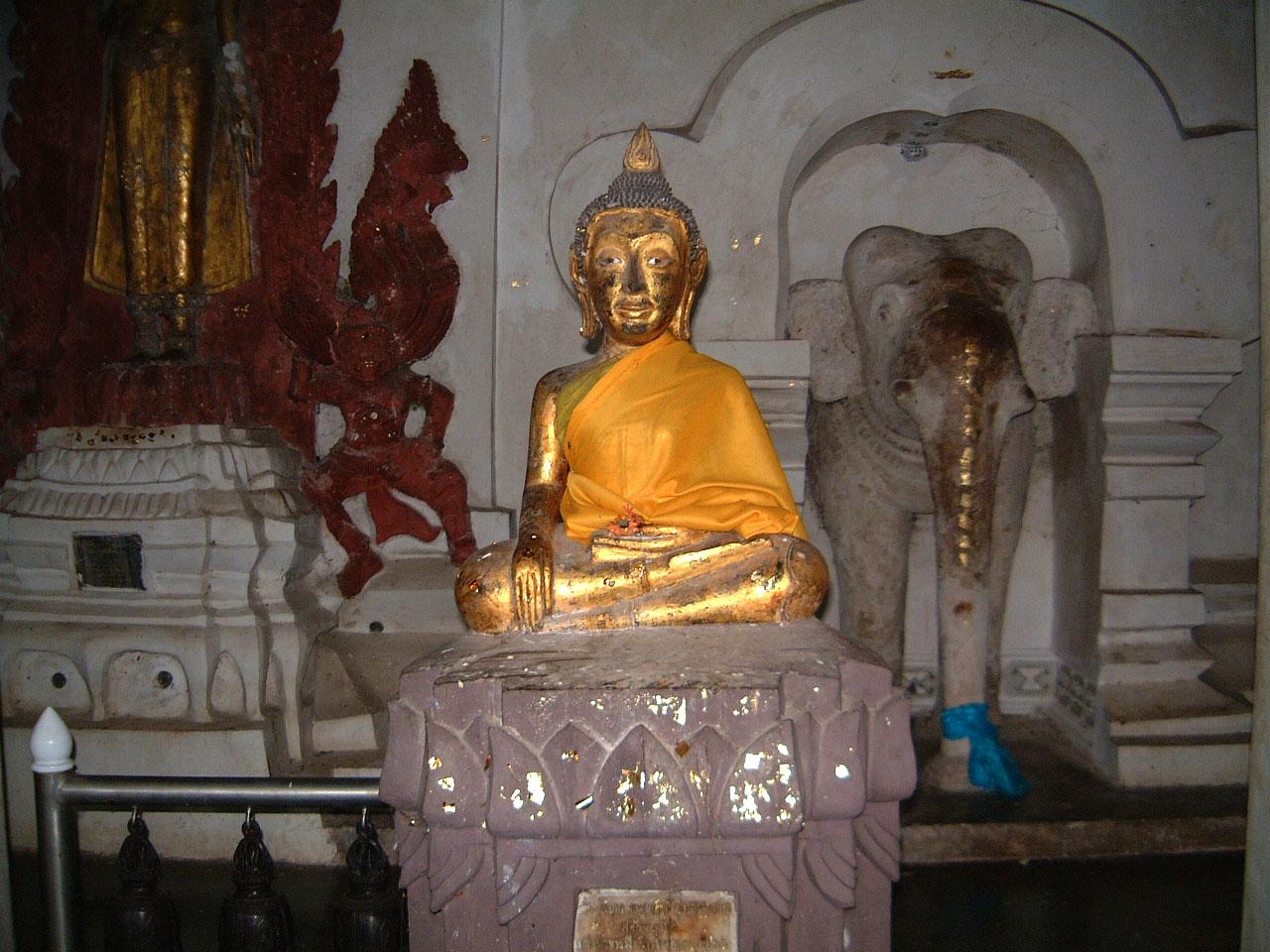 Wat Phra Baromathat Nakhon Srithammarat Buddhas Apr 2001 06