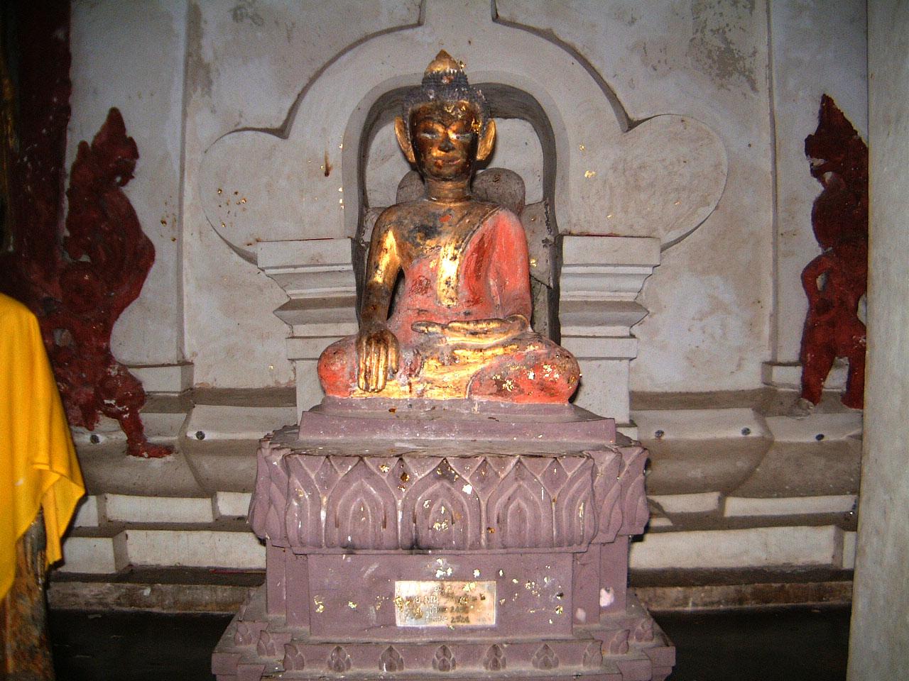 Wat Phra Baromathat Nakhon Srithammarat Buddhas Apr 2001 07