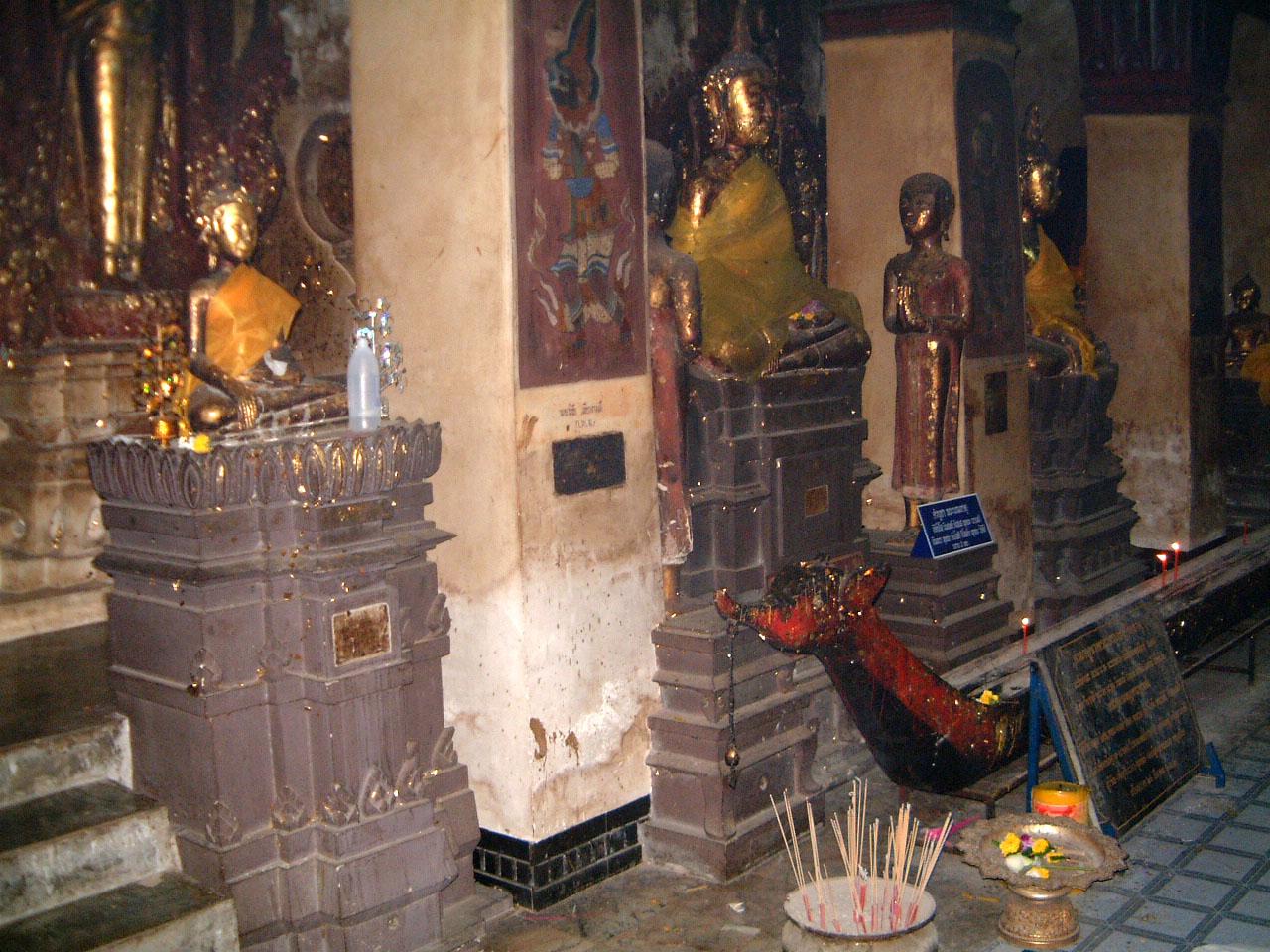 Wat Phra Baromathat Nakhon Srithammarat Buddhas Apr 2001 14
