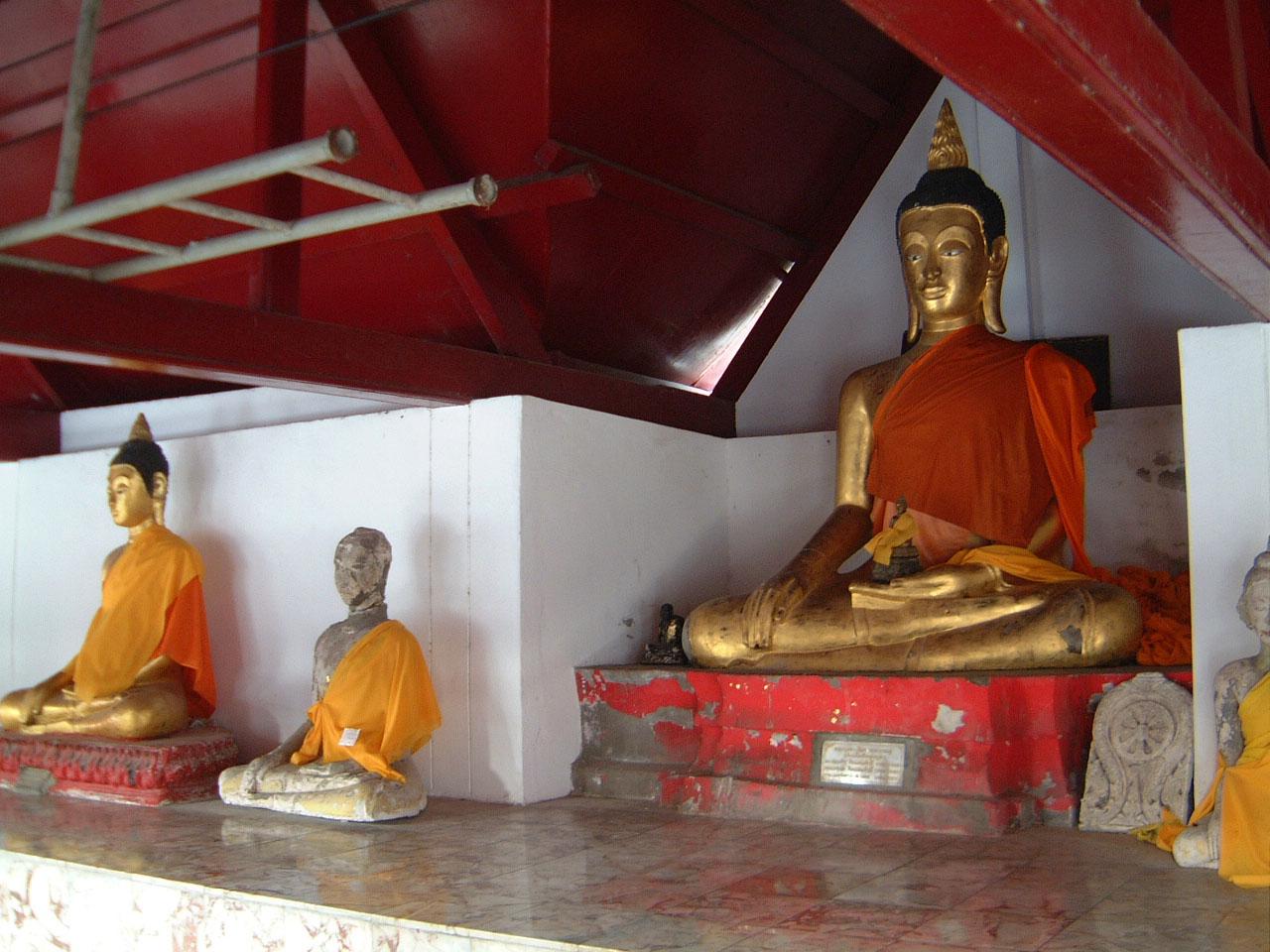 Wat Phra Baromathat Nakhon Srithammarat Buddhas Apr 2001 17