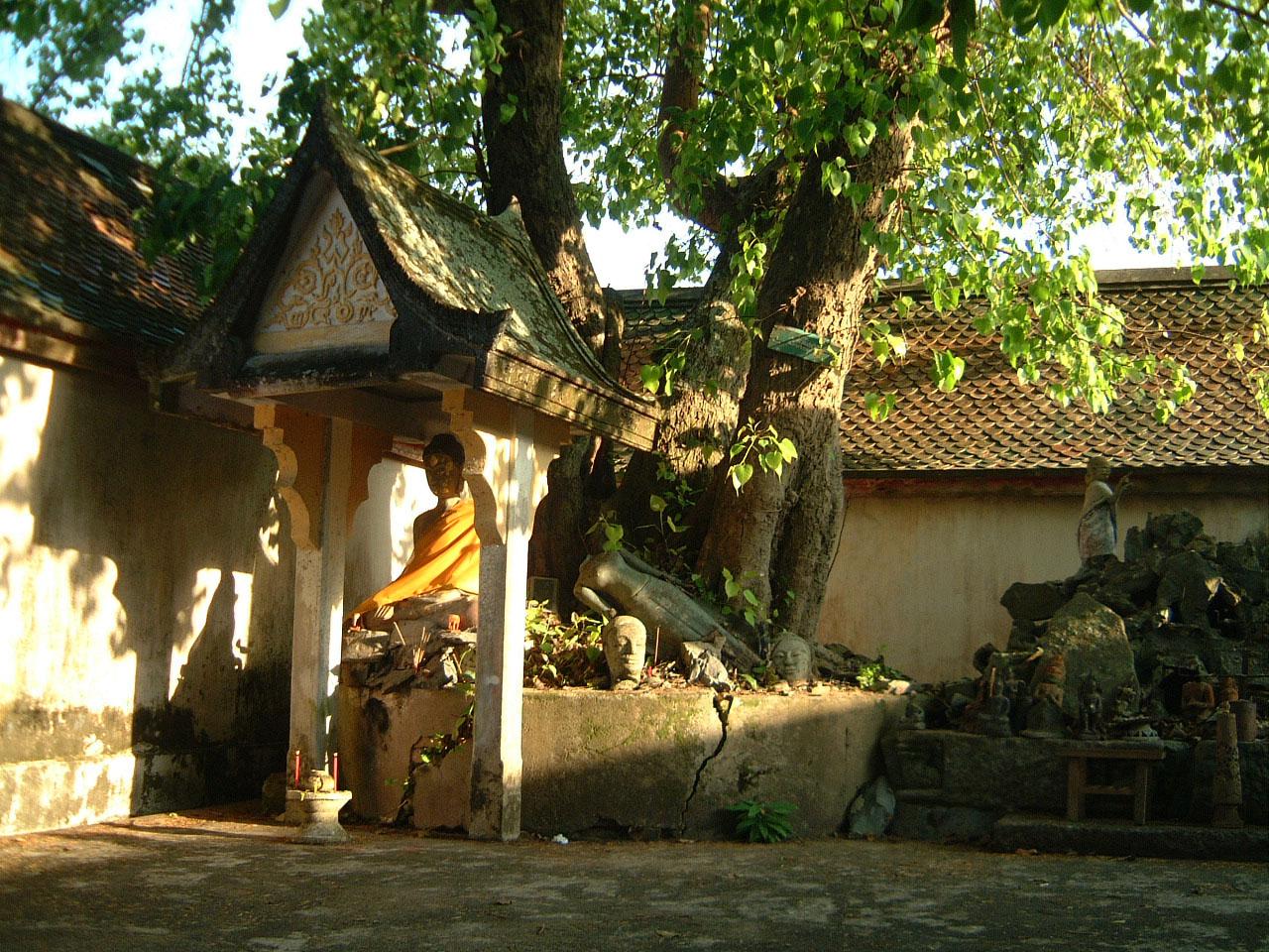 Wat Phra Baromathat Nakhon Srithammarat Buddhas Apr 2001 18