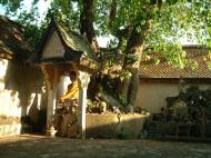 Asisbiz Wat Phra Baromathat Nakhon Srithammarat Buddhas Apr 2001 19
