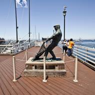 Asisbiz The fisherman statue by Jesse Corsaut Old Fishermans Grotto Wharf Monterey CA 09