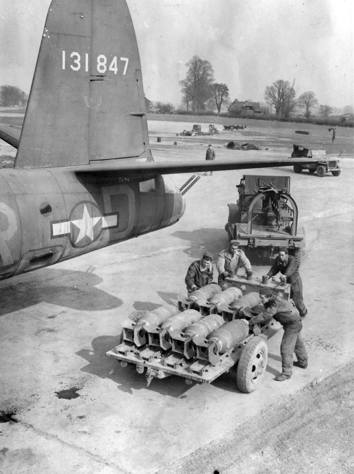USAAF 41 31847 B 26B Marauder 322BG450BS ERD Jolly Roger being armed 02