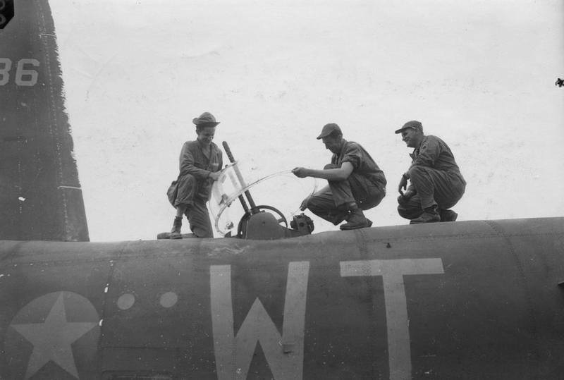USAAF 41 34786 B 26C Marauder 323BG456BS WTO Buffalo Gal ground crew fit the top turret canopy England 24 July 1943 02