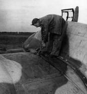 Asisbiz Beaufighter VIF USAAF 12AF 416NFS XY912 at an airfield near Grottaglie Italy Nov 1943 02
