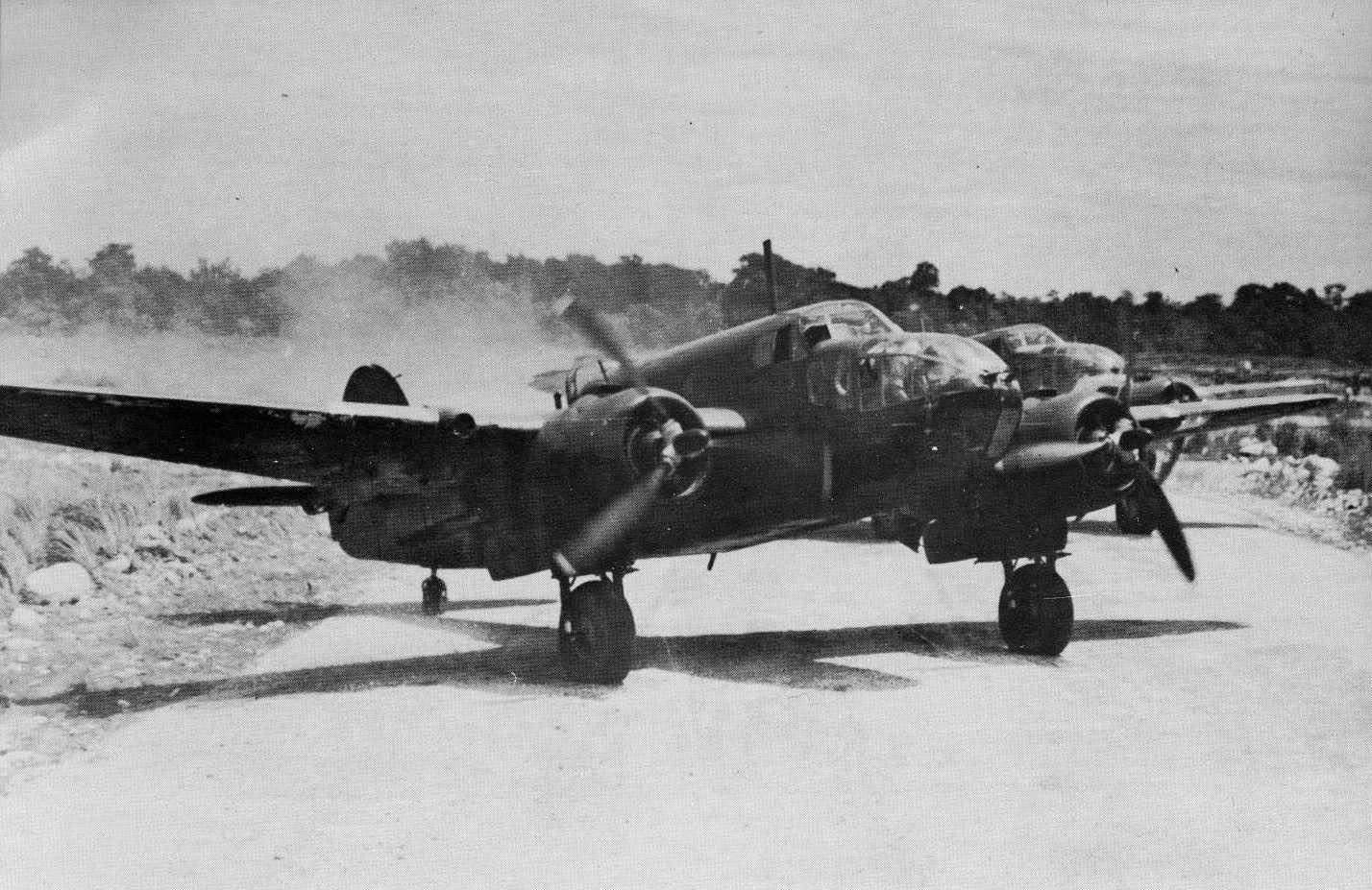Bristol Beaufort RAAF 100Sqn taxing New Guinea 01