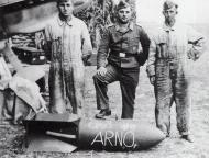 Asisbiz Aircrew Luftwaffe ground grew from Erprobungsgruppe 210 pose with a SC250 bomb France 1940 01