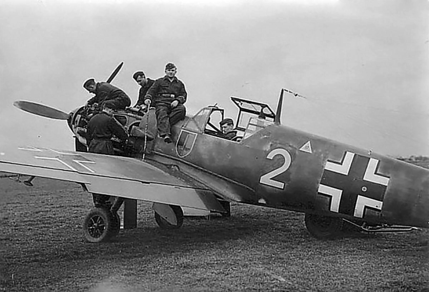 Messerschmitt Bf 109E4 3.JG52 Yellow 2 being rearmed France 1940 01