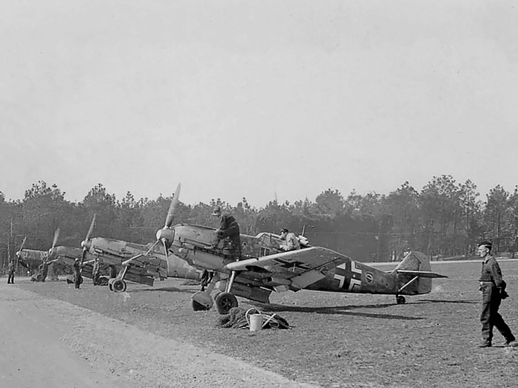 Messerschmitt Bf 109E7B 1.JG52 line up France 1940 01