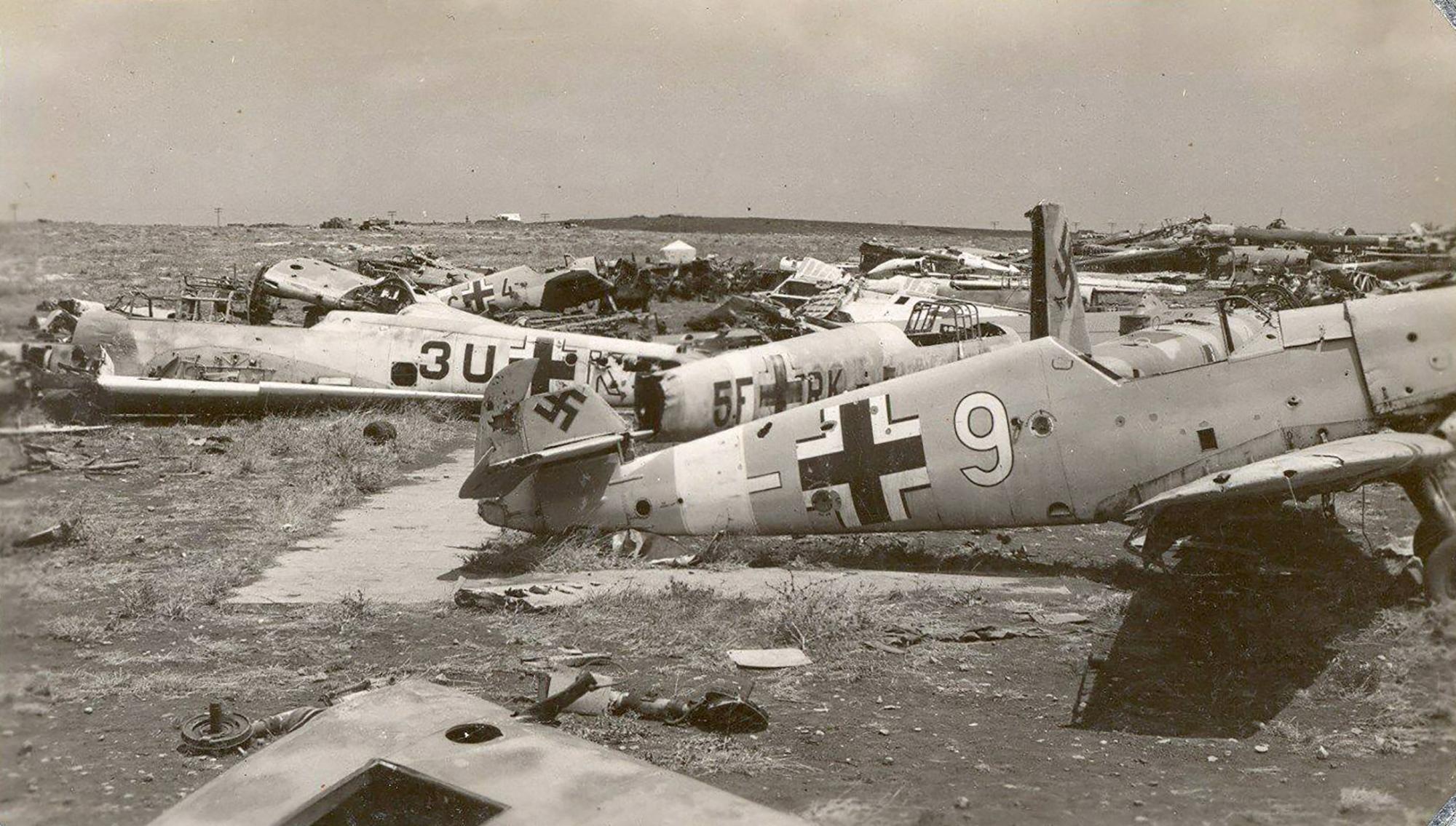 Messerschmitt Bf 109F4Trop 8.JG27 Black 4 abandoned airframe foreground Derna Nov 1942 ebay1
