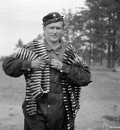 Asisbiz Finnish armour 13mm machine gun ammunition is carried to Bf 109G6 Lappeenranta Finland 30th Jun 1944 02