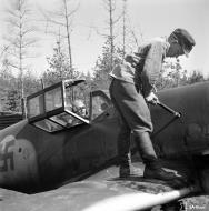 Asisbiz Messerschmitt Bf 109G2 FAF 2.HLeLv24 Jorma Saarinen at Suulajarvi Finland 12th May 1944 03