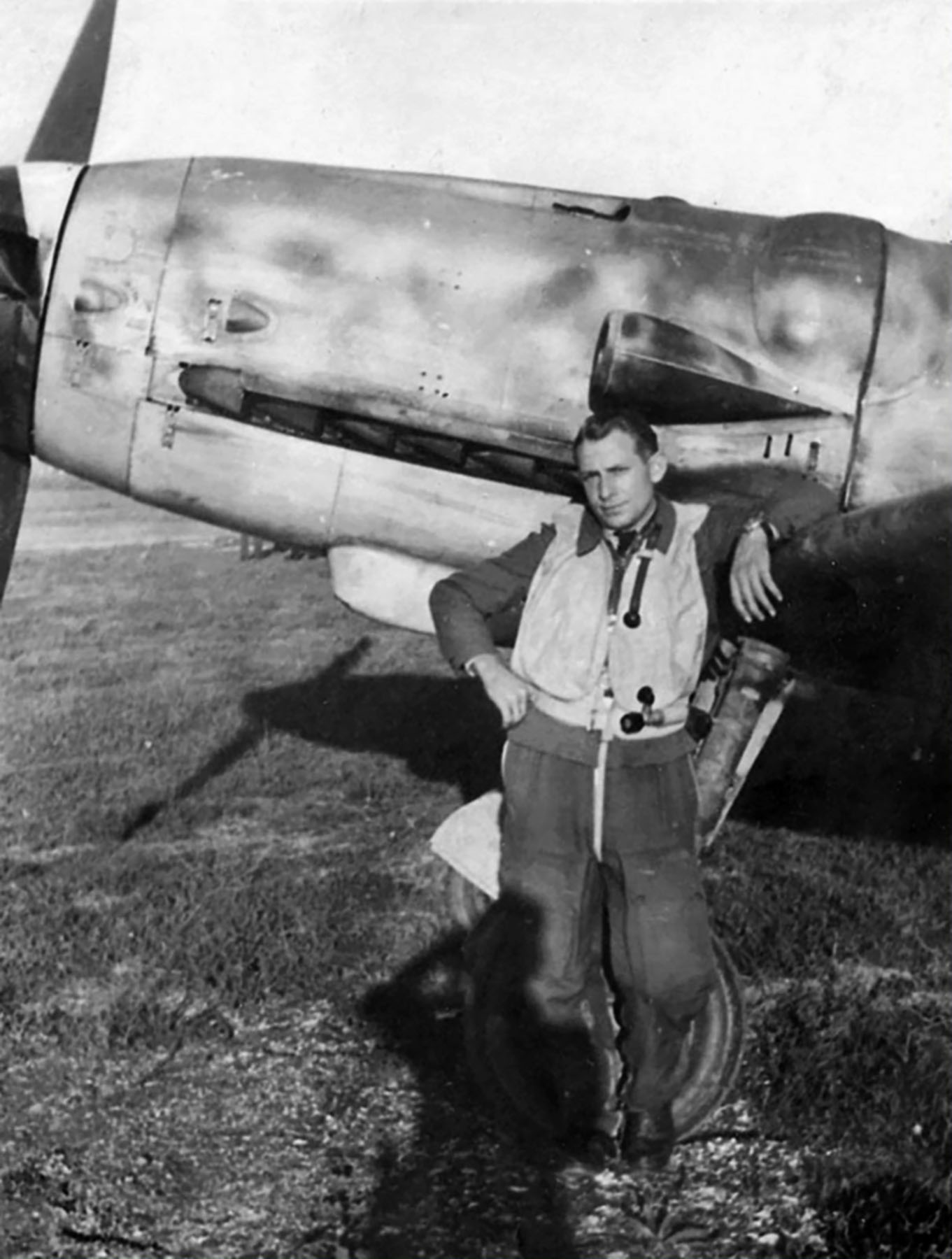 Aircrew Luftwaffe RVT pilot unknown unit along side his Bf 109G6 01