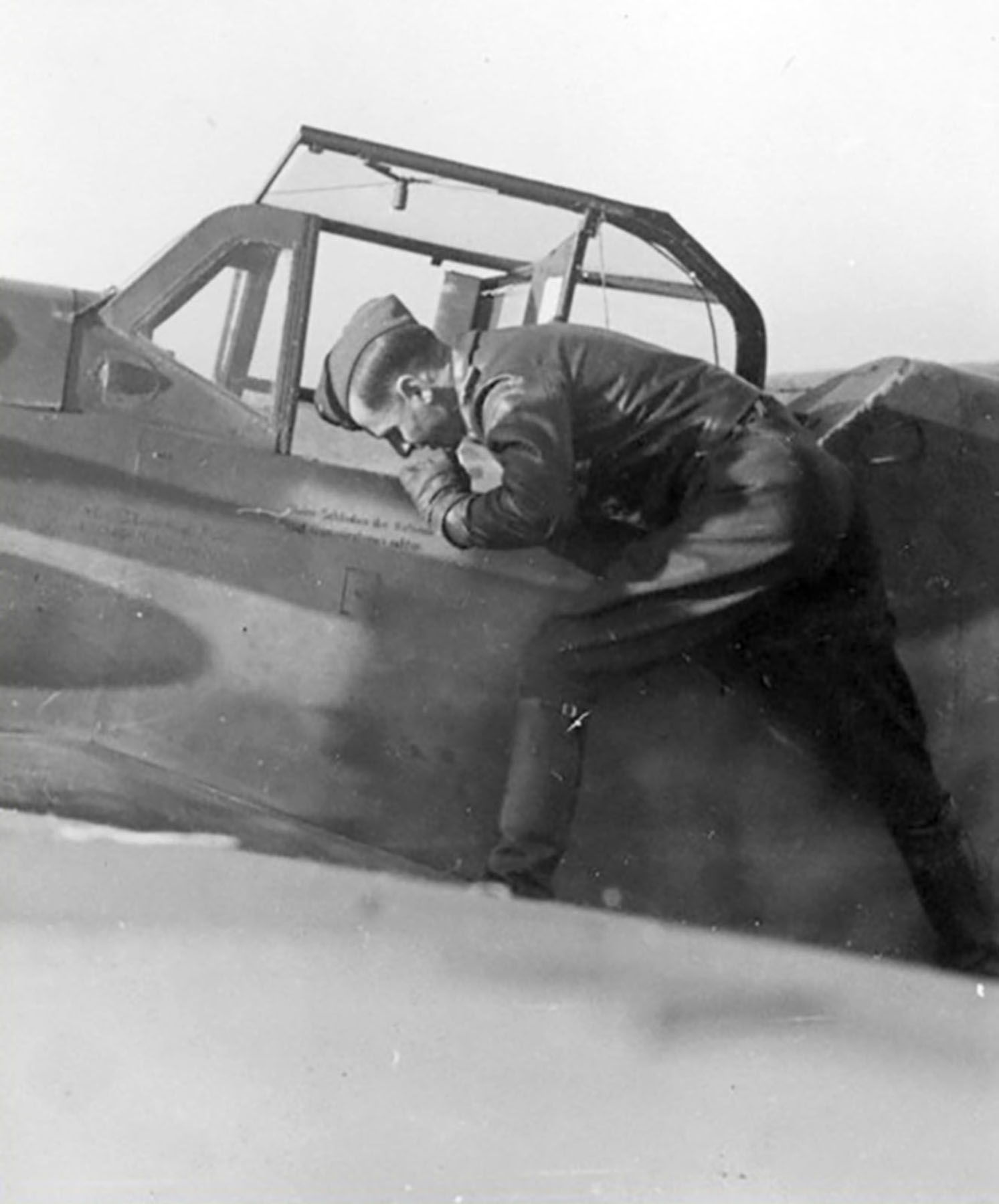 Aircrew Luftwaffe RVT pilot unknown unit with his Bf 109G6R3 Erla 01