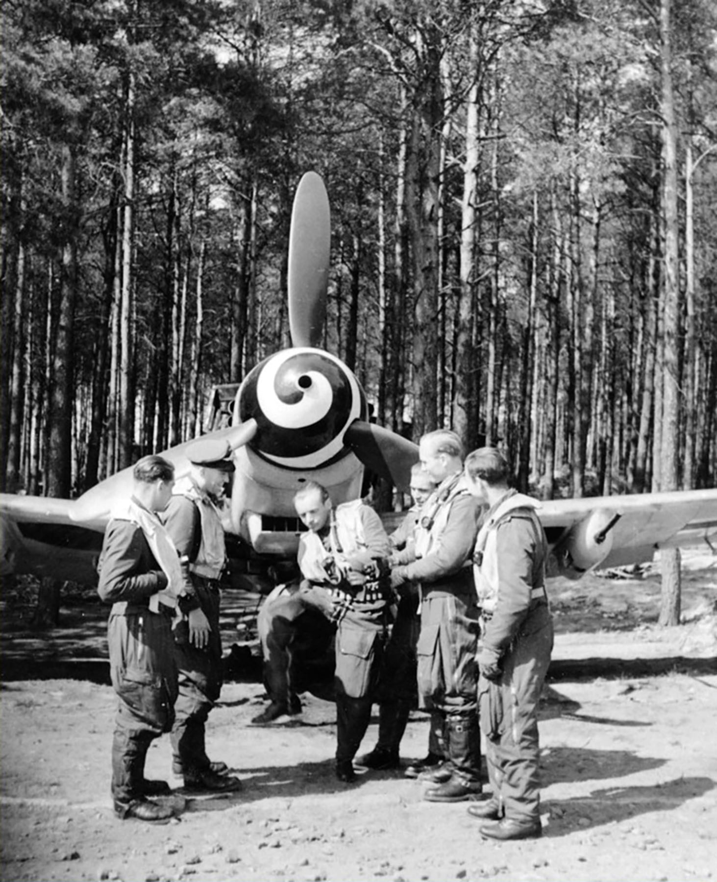 Aircrew Luftwaffe RVT pilots unknown unit in front of Bf 109G6R3R6 May 1944 01