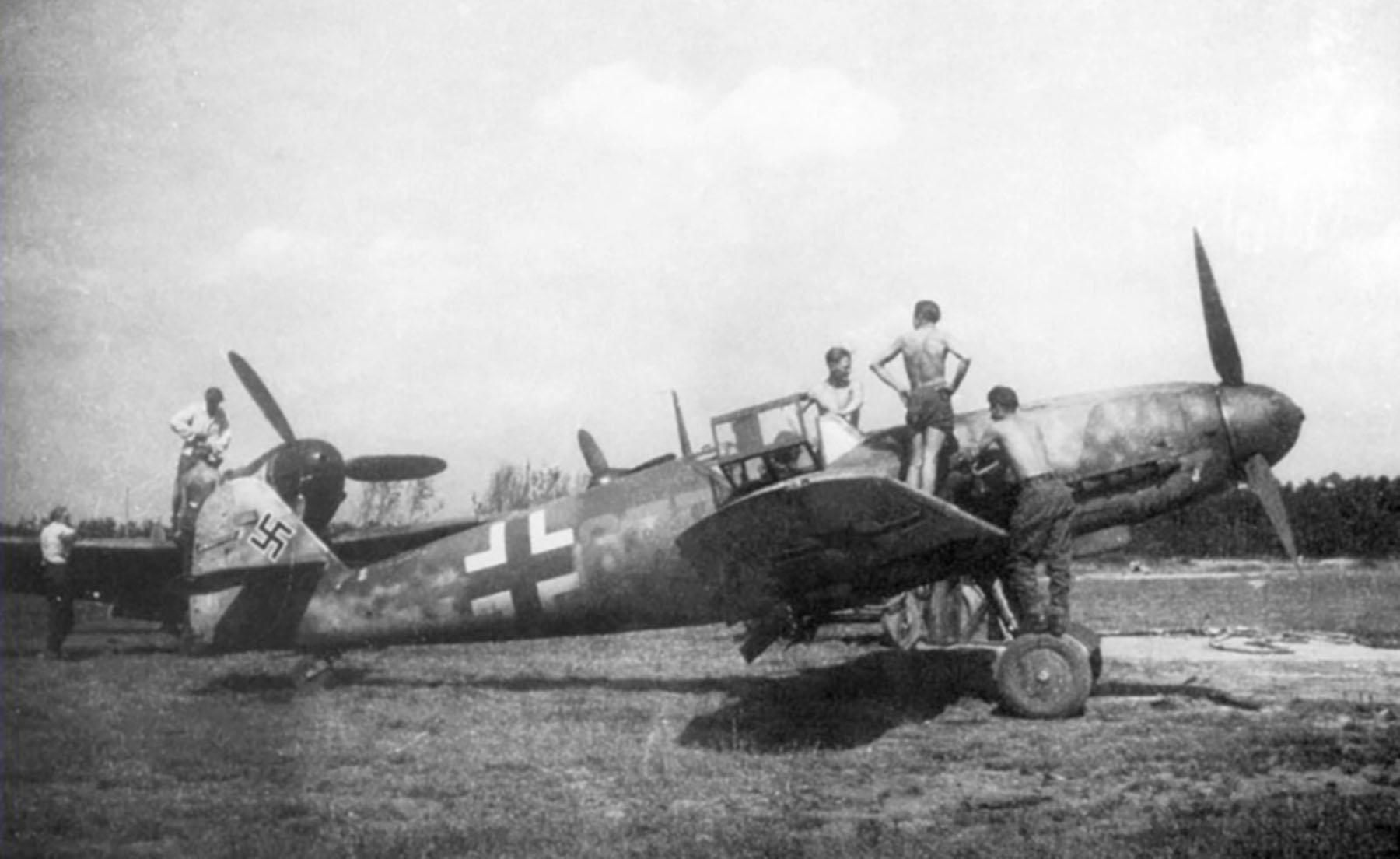 Messerschmitt Bf 109G6 Reichsverteidigung Blue 677 unknown unit and pilot 1944 01