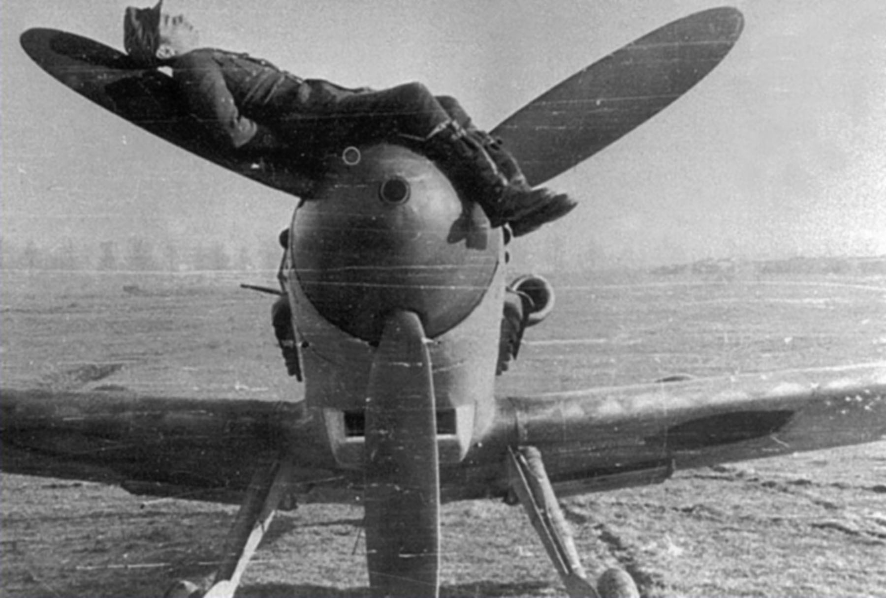 Aircrew Romanian pilot with his Bf 109G6 unknown unit Romania 01