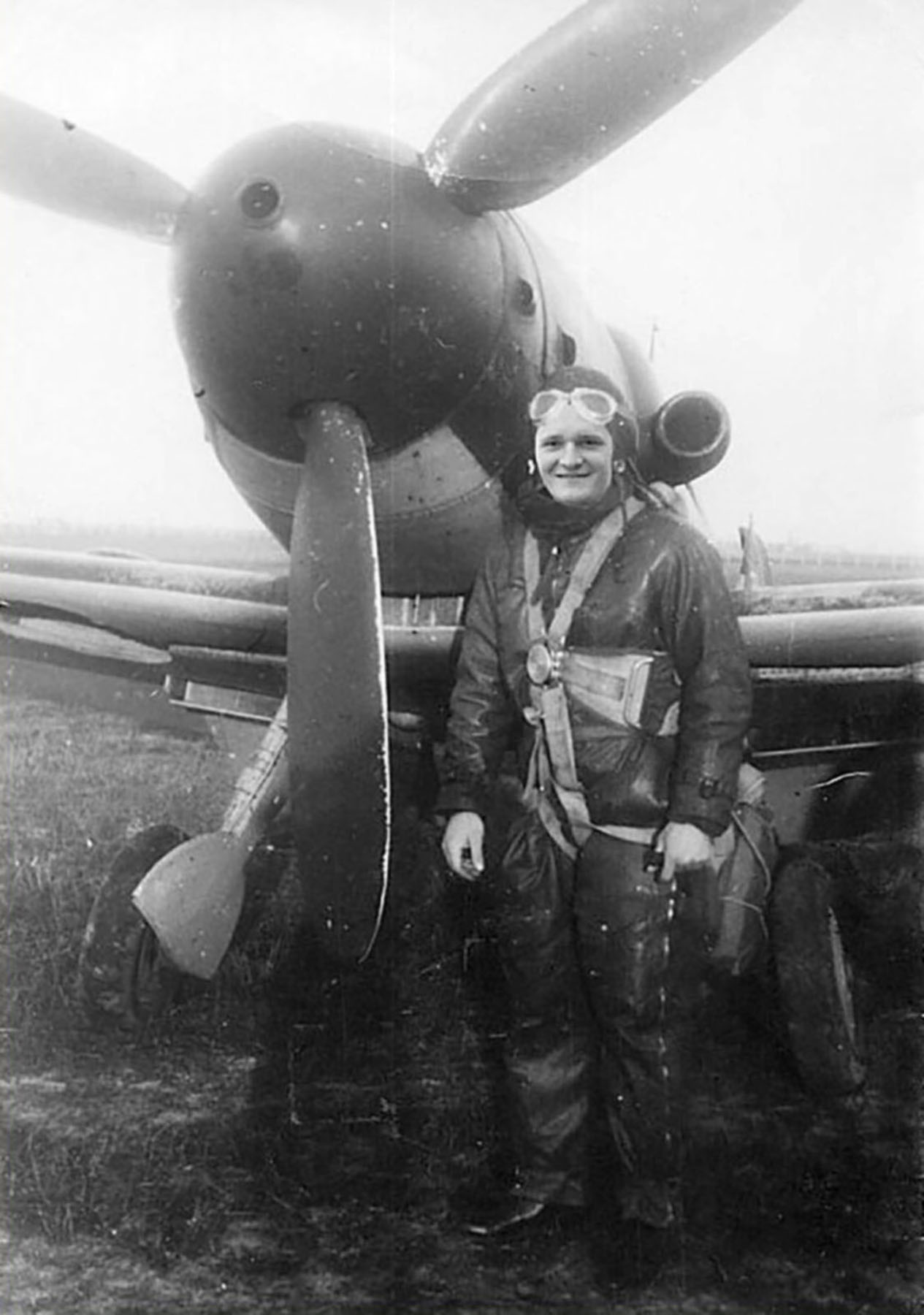 Aircrew Romanian pilot with his Bf 109G6 unknown unit Romania 02