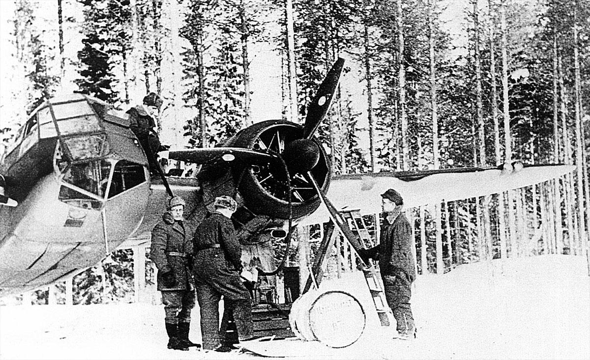 FAF LeLv42 BL158 crew prepare for a recon mission to Tsolmusa and Per Navalok 6th Feb 1942 01
