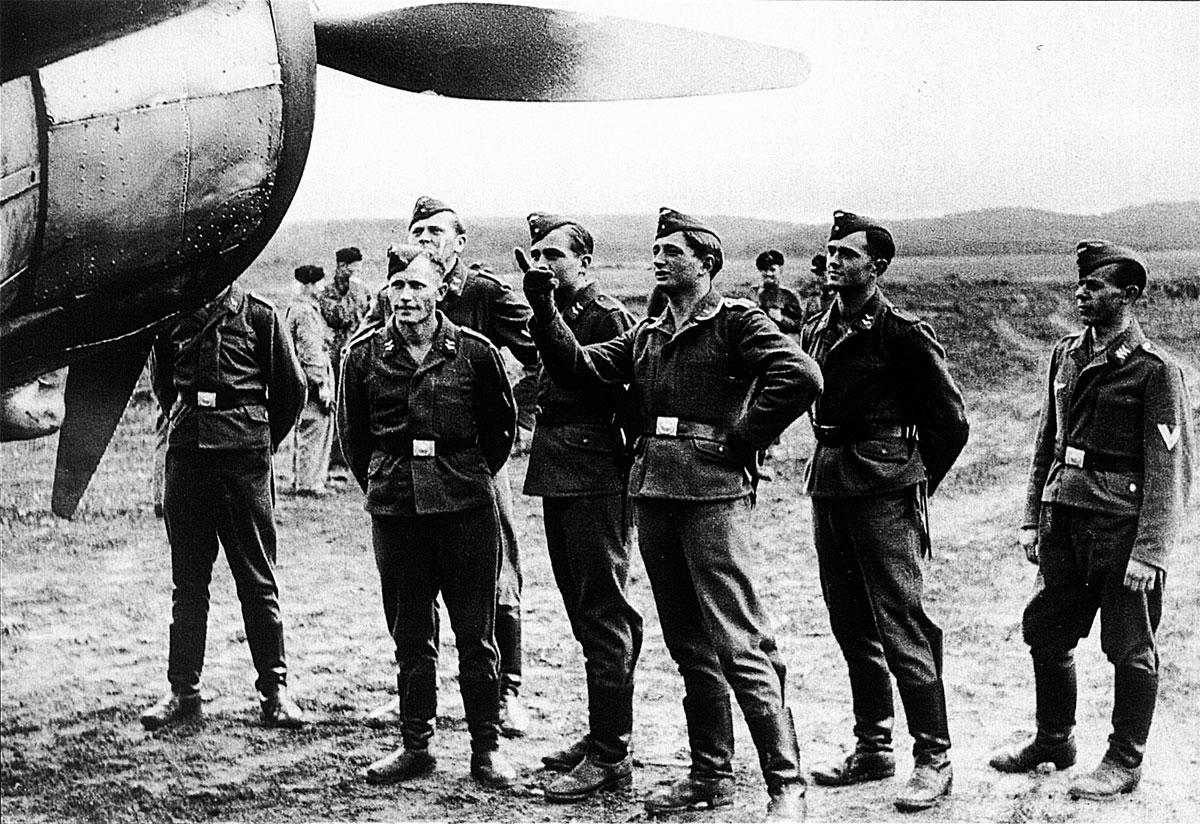 FAF LeLv42 showing their aircraft to fellow Luftwaffe airmen Vartsila Finland Sep 1941 02