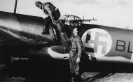 Asisbiz FAF LeLv42 BL137 Erkki Akerlund helps War Correspondant Hugo Valpas to board