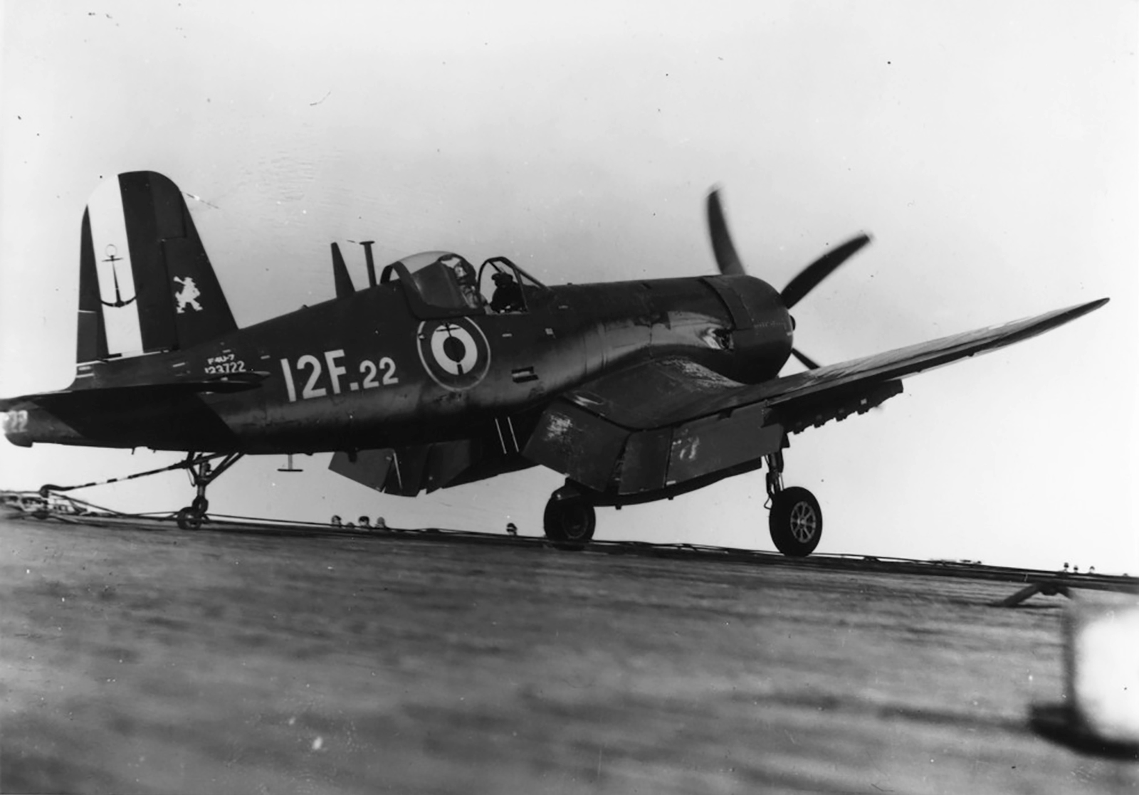 Vought F4U 7 Corsair French Navy Flottille 12F22 BuNo 133722 landing aboard a French Carrier 1959 01