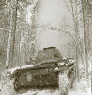 Asisbiz Finnish and German Panzer II forces advance along the Kiestinki road towards Jelettijarvi 5th May 1942 86055