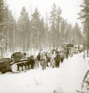 Asisbiz Finnish and German Panzer II forces advance along the Kiestinki road towards Jelettijarvi 5th May 1942 86057