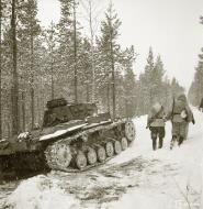 Asisbiz Finnish and German Panzer III forces advance along the Kiestinki road towards Jelettijarvi 5th May 1942 86051