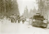 Asisbiz Finnish and German Panzer III forces advance along the Kiestinki road towards Jelettijarvi 5th May 1942 86093