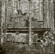 Asisbiz Finnish army using a captured Soviet T28 tank during the battle around Lapland 8th Jul 1941 24412