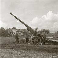 Asisbiz Finnish troops inspect captured Soviet heavy artillery at Tuulos Aunus 6th Sep 1941 45029