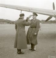 Asisbiz Generalleutnant Horst Stumpff greeted by LtCol Ilanko after arriving at Malmi Airport Helsinki 21st Oct 1943 141396