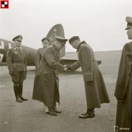 Asisbiz Generalleutnant Horst Stumpff greeted by LtCol Ilanko after arriving at Malmi Airport Helsinki 21st Oct 1943 141397