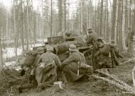 Asisbiz German Wehrmacht Gebirgsjagers with Panzer II tanks during their attack near Louhi heading to Jelettijarvi 15th May 1942 88778